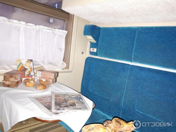 Купе оснащены подъемниками для коляски, связью с проводником, специальными раскладными диванами.