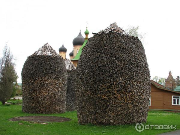 поленницы - визитная карточка монастыря