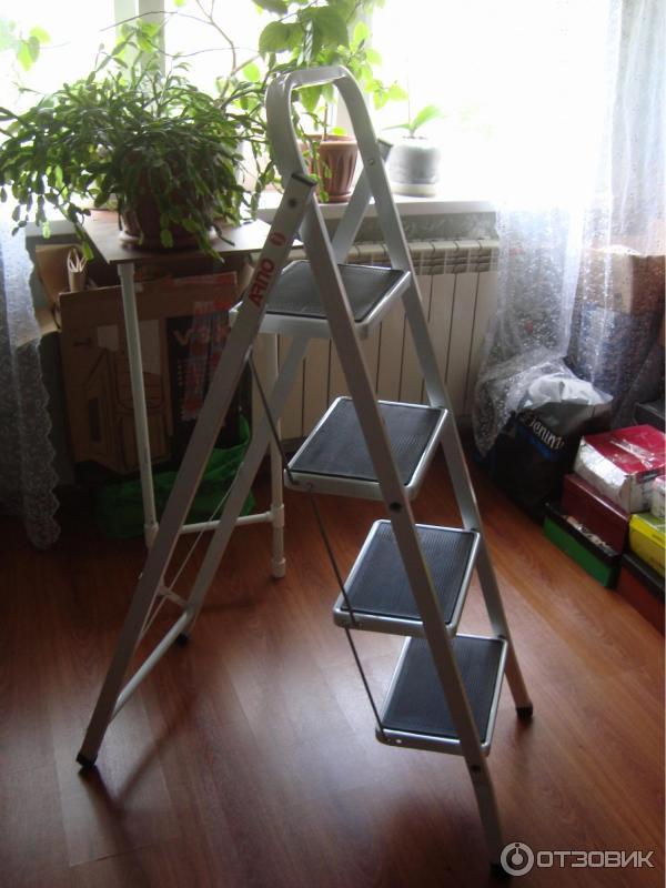 Показать на фото литые стремянки для квартиры